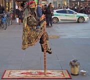 A mulher está mostrando um truque mágico, levitação dentro Fotografia de Stock Royalty Free