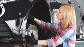 A mulher está mudando substituindo freios video estoque