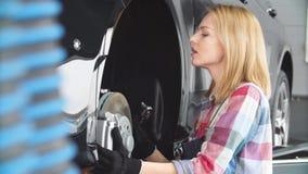 A mulher está mudando substituindo freios filme