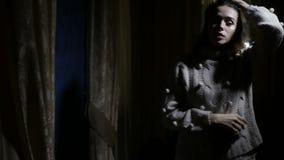 A mulher está na escuridão vídeos de arquivo