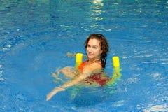 A mulher está nadando em macarronetes do aqua Imagem de Stock Royalty Free