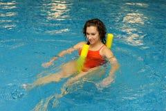 A mulher está nadando no macarronete do aqua Fotos de Stock