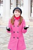A mulher está no inverno em um parque Fotos de Stock Royalty Free
