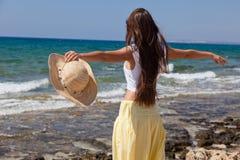 A mulher está olhando o mar fotografia de stock royalty free