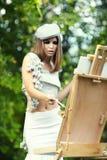 A mulher está pintando Fotografia de Stock Royalty Free