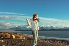 A mulher está a praia próxima do Patagonia, Argentina foto de stock
