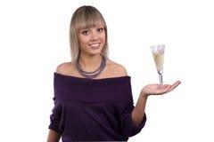 A mulher está prendendo um vidro do vinho branco fotos de stock royalty free