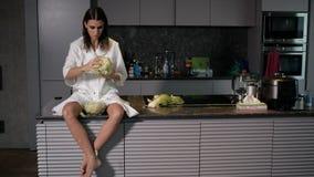 A mulher está preparando a salada para o café da manhã filme