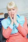 A mulher está receosa do dentista imagens de stock royalty free