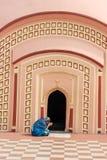 A mulher está rezando em 108 Shiva Temple em Burdwan, Bengal ocidental, Índia Imagem de Stock Royalty Free