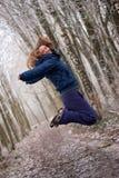 A mulher está saltando altamente fotografia de stock