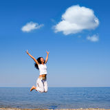 A mulher está saltando na praia Foto de Stock Royalty Free