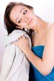 A mulher está secando seu cabelo Imagens de Stock