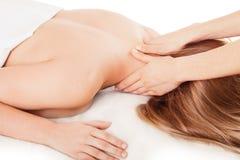 A mulher está tendo a massagem Fotografia de Stock Royalty Free