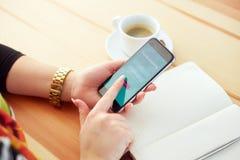 A mulher está tentando registrar na operação bancária móvel fotos de stock royalty free