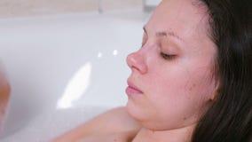 A mulher está tomando um banho Grito com os olhos vermelhos na depressão