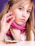 A mulher está tomando um comprimido Imagem de Stock
