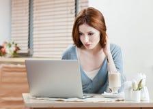 A mulher está trabalhando no PC fotografia de stock royalty free