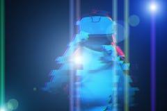 A mulher est? usando auriculares da realidade virtual Imagem com efeito do pulso aleat?rio imagens de stock