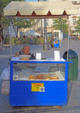 A mulher está vendendo prezels na rua de Krakow, Polônia Fotos de Stock