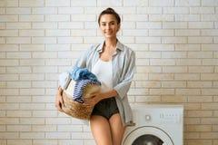 A mulher est? fazendo a lavanderia fotos de stock