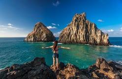 A mulher está perto da rocha de dois irmãos, Fernando de Noronha Fotos de Stock