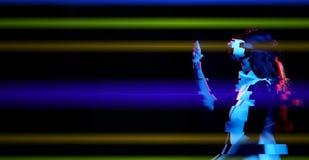 A mulher est? usando auriculares da realidade virtual Imagem com efeito do pulso aleat?rio imagem de stock