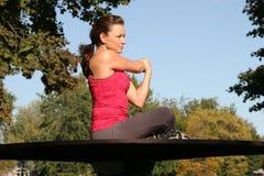 A mulher estica o braço Imagem de Stock Royalty Free
