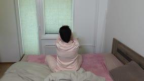 A mulher estica para fora perto da janela na manhã filme