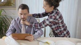 A mulher estrangula o homem para um gracejo vídeos de arquivo