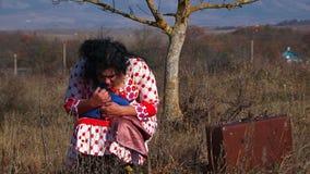 Mulher estranha no vestido pontilhado branco que senta-se próximo vídeos de arquivo