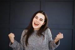 Mulher eufórico agitado Excited para fazer para ganhar o gesto imagem de stock royalty free