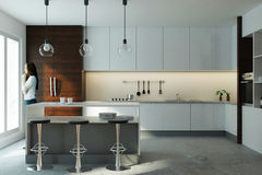 Mulher europeia no interior moderno da cozinha Foto de Stock Royalty Free