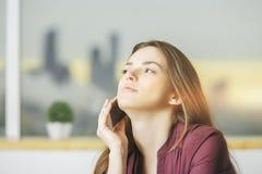 Mulher europeia nova no telefone Foto de Stock