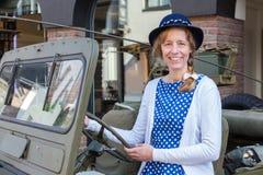 Mulher europeia que dirige o jipe militar imagens de stock