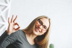 Mulher europeia que mostra o gesto aprovado Foto de Stock