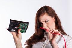 A mulher examina o conector do disco rígido Fotografia de Stock Royalty Free