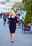 Mulher excesso de peso atrativa que fala no telefone fotos de stock