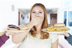 A mulher excesso de peso recusa o alimento da caloria Fotografia de Stock Royalty Free