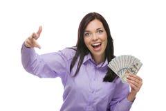 Mulher excitada da raça misturada que guarda as notas de dólar do novo cem Fotografia de Stock