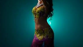 A mulher executa uma dança do ventre no traje oriental Fume o fundo Movimento lento Fim acima vídeos de arquivo