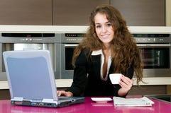 Mulher executiva no café da cozinha que olha o portátil Fotos de Stock Royalty Free