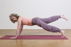 A mulher exercita a ioga Imagem de Stock Royalty Free