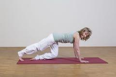 A mulher exercita a ioga Fotos de Stock Royalty Free