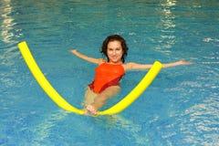 A mulher exercita na água Fotografia de Stock
