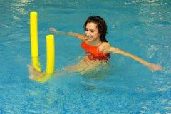 A mulher exercita na água Imagens de Stock