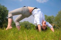 A mulher exercita na grama Fotos de Stock Royalty Free