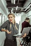 mulher expressivo Luz-de cabelo que é extremamente ocupada no trabalho fotografia de stock