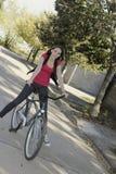 mulher e bicicleta Imagem de Stock