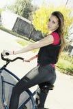 Mulher e bicicleta felizes Foto de Stock